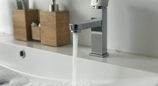 Photo d'un évier remplit d'eau